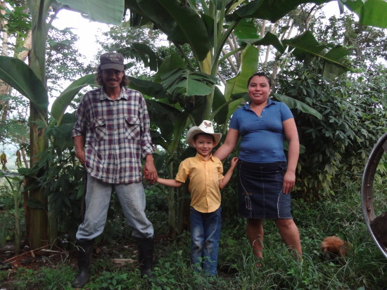 Freddy Acuña, his wife Sandra López and their son on Farm Community El Jobo. Freddy and Sandra are members of the Flor de Pancasán cooperative.